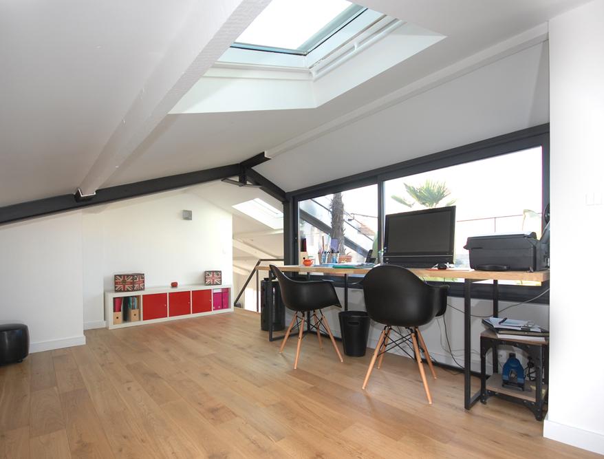 des combles et une terrasse. Black Bedroom Furniture Sets. Home Design Ideas